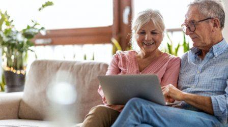 äldre par som har en dosell