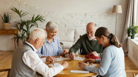 äldre par spelar sällskapspel